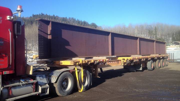 Large beams on extensible trailer